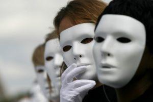 Люди надевают маски